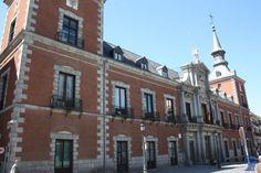 Palacio de Santa Cruz se edifico entre el año 1629 y el 1636 por orden de Felipe IV originalmente tenía como función ser la Sala de Alcaldes y Cárcel de Corte. Palacio de Santa Cruz
