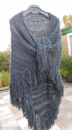 Omslagdoek Crochet Cardigan, Crochet Shawl, Knit Crochet, Knitting Patterns, Crochet Patterns, Poncho Shawl, Kerchief, What To Wear, Textiles