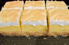 Prăjitura Stropi de rouă, pe lângă faptul că este extrem de gustoasă este și spectaculoasă prin aspectul ei deosebit cu acele mici picături de sirop de deasupra. Cake Recipes, Dessert Recipes, Spanakopita, Mcdonalds, Cornbread, Deserts, Ice Cream, Keto, Ale