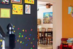 ideias incríveis para usá-los na decoração  Tinta magnética Se você acha que adicionar um painel no seu ambiente pode poluir sua decoração ou que pode não combinar com o restante dos objetos, a tinta magnética é a solução.  O produto funciona como um primer: é aplicado antes da tinta colorida, formando uma camada imantada na parede. Geralmente, essas tintas estão disponíveis em tons de cinza – mas são apropriadas para receberem camadas de outras tintas por cima.