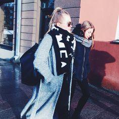 The world's streetstyle superhero- the long coatigan, spotted! #fashion #coatigan #monochromelook #color #lightgrey #boldscarf #boldgraphics #highponytail #streetstyle #tallinnstreetstyle #TSS