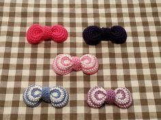 かぎ針編みで ☆ まるっこいリボンの作り方|編み物|編み物・手芸・ソーイング|ハンドメイド・手芸レシピならアトリエ Crochet Hair Bows, Crochet Purses, Crochet Hair Styles, Crochet Flowers, Diy Hair Accessories, Crochet Accessories, Handmade Accessories, Crochet Keychain, Crochet Necklace
