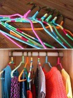 Transforme seus antigos cabides de arame em cabides coloridos antiderrapantes envolvendo-os com fios brilhantes ou fios de bordar.