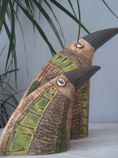 """""""malý zelený krasavec"""" Pták ze šamotové hlíny, zdobený rytím, oxidem a barevnými glazurami. Tento pták je vysoký 12cm, dobře se doplňuje s větším asi 23cm (viz. foto) Je vhodný jako dekorace do interiéru i exteriéru. Každý kus je originál, tvarem i vzorem se může mírně lišit. Ptáky dělám ve trojím barevném provedení. Uvedená cena je za menšího jedince."""