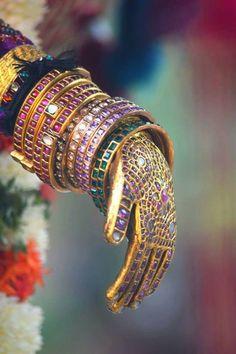 To Sell Gold Jewelry Refferal: 9334222069 Ruby Jewelry, India Jewelry, Temple Jewellery, Gold Jewelry, Gold Bangles Design, Jewelry Design, Antique Gold, Antique Jewelry, Pakistani Jewelry