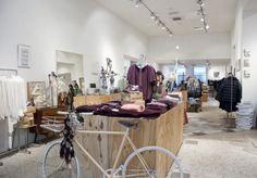 Westside in s-Hertogenbosch brengt op 800m2 fashion, food, books, art en design samen. Winkelbeleving staat hier hoog in het vaandel en.. ze houden van de fiets. Bike Shops, Conference Room, Workshop, Retail Stores, Furniture, Table, Home Decor, Design, Travel