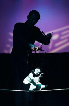 """Huber Marionettes: """"En suspension"""". 18º Festival de Títeres de Redondela  Genial exhibición de bellísimas marionetas, con un montón de sorpresas y todas ellas muy expresivas. Historias cortas, individuales, pero llenas de encanto gracias a la música y al buen hacer del marionetista"""