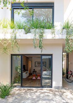 Uma reforma modificou este lar compacto e o transformou numa morada clara e ventilada, onde coube até quintal e churrasqueira
