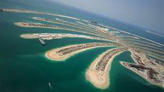 Dubai, la gigantesca metropoli che unisce moderni spaccati urbani e incantevoli testimonianze del mondo arabo antico.