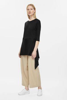 A relaxed boxy fit, this tunic top is made from soft cotton jersey. Designed with a volumnious waist panel, it has dropped shoulders, in-seam pockets and raw-cut edges.