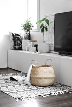 Living room in black and white and with different geometric patterns