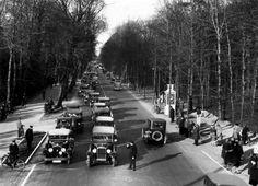 Paasdrukte op de Leidsche Straatweg: een file op Tweede Paasdag, Den Haag, Nederland 1931. Datum 1 april 1934