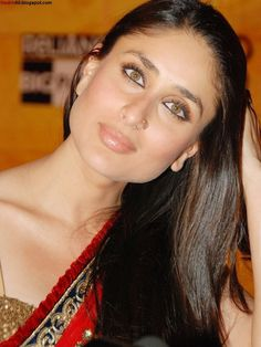 Kareena Kapoor at 3 Idiots premiere 2009 Kriti Sanon Saree, Kareena Kapoor Saree, Bollywood Actress Hot Photos, Indian Bollywood Actress, Indian Celebrities, Beautiful Celebrities, Kirron Kher, Sanjay Kapoor, Karena Kapoor