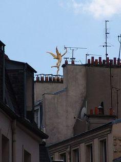 Le haut de la colonne de Juillet, place de la Bastille, vu depuis rue de la Roquette. ... rue de la Roquette - Paris 11e