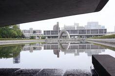 Uno de los arquitectos más influyentes del siglo XX fue el japonés Kenzo Tange (1913-2005). Su trabajo, presente en construcciones en lugares tan distantes entre sí como Macedonia, Nigeria o Singapur, además de su país natal, combina los principios de la arquitectura modernista de Le Corbusier con muchísimos elementos de la siempre exquisita cultura japonesa.