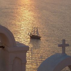 Amazing sunset in Santorini island (Σαντορίνη) ☀️. Perfect capture between the church and the boat in the sunlight !!