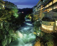群馬県北部、日本百名山の谷川岳の南麓に広がる温泉街・水上温泉郷。温泉が数多く集まり、群馬県の中でも草津、伊香保と並ぶ有数の温泉地です。渓谷沿いにあり、季節折々の美しい景色が楽しめるため、若山牧水や与謝野晶子などの多くの文人が愛した地としても有名です。近年では湯治目的だけでなく、夏はラフティングなどのアウトドアスポーツ、冬はウインタースポーツなどでき、レジャーと一体型の温泉保養地として近年注目を集めているスポットです。JR水上駅から徒歩1分のところにあるため、アクセスしやすいのも嬉しいですね。 詳細情報  【温泉名】 水上温泉 【所在地】 利根郡みなかみ町湯原 【電話番号】 0278-72-2611(水上温泉旅館協同組合) 【アクセス】 JR上越線水上駅〜徒歩10分  【泉質】 カルシウム・ナトリウム硫酸塩―塩化物温泉