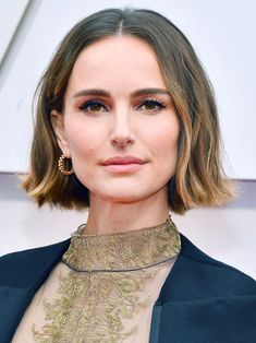 13 Must-See Beauty Looks From the 2020 Oscars Red Carpet — Natalie Portman Natalie Portman Oscar, Kim Kardashian, Modern Updo, Matte Red Lips, Subtle Ombre, Bold Brows, Platinum Hair, Celebrity Beauty, Old Hollywood Glamour