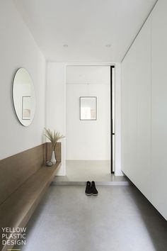 Home Entrance Decor, House Entrance, Home Decor, Entry Way Design, Hall Design, Lofts, Japanese Home Design, Flur Design, White Apartment