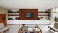 A sala de TV, hoje em dia, é um lugar em que a marcenaria pode ser mais funcional, composta, entre outras coisas, por rack, painel, prateleiras, nichos e estantes.