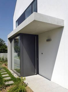 A modern house architecture style is famous with its innovative design. Porch Windows, Windows And Doors, House Doors, House Entrance, Modern Fence Design, Casa Loft, Contemporary Front Doors, Front Porch Design, Entrance Design