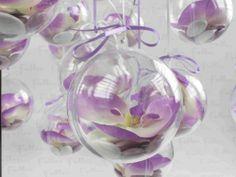 Orchidee lilas avec boule a dragees de mariage