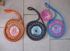 Drie gekleurde tasjes van Cd's en bliklipjes. Voorbeeld op You Tube:  http://youtu.be/7EKjrgNRpkE