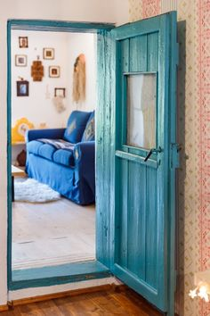 In vizita la Alina, Marius si Micha Traditional House, Traditional Design, Quinta Interior, Design Tradicional, Colourful Living Room, Stylish Home Decor, House On A Hill, Farmhouse Interior, Design Case