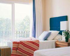 22 wunderschöne Ideen für dekorative Vorhänge zu Hause - einzelbetten schlafzimmer wunderschän ausblick streifen bettdecke