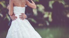 Find out the worst wedding photo mistakes on SHEfinds.com.