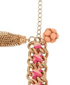 Puseira de correntes douradas, trançadas com linha de crochê em dois tons.