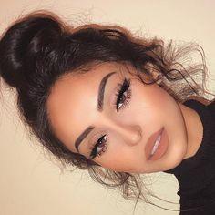 So pretty and natural hair bun. it is by 360 lace frontal wig body wave. - - So pretty and natural hair bun. it is by 360 lace frontal wig body wave. Hair wig So hübsches und natürliches Haarknoten. Prom Makeup Looks, Natural Makeup Looks, Cute Makeup Looks, Natural Prom Makeup For Brown Eyes, Simple Prom Makeup, Light Makeup Looks, Makeup Looks For Brown Eyes, Summer Makeup, Nude Makeup