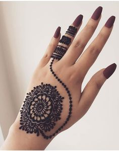What is a Henna Tattoo? Henna tattoos are becoming very popular, but what precisely are they? Round Mehndi Design, Modern Henna Designs, Full Hand Mehndi Designs, Mehndi Designs Book, Mehndi Designs For Girls, Mehndi Designs For Beginners, Beautiful Henna Designs, Mehndi Designs For Fingers, Mehndi Design Images