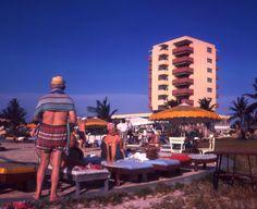 Mira un bunita bista di nos Aruba Caribbean Hotel na 1962. Aki bo por casi sinti loke e turistanan tbt sinti relahando den nos dushi solo y gozando di nos servicio amable.