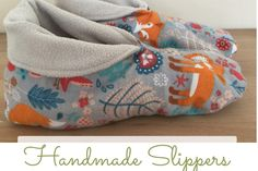 How to sew your home slippers – tutorial and pattern Sewing Slippers, Kids Slippers, Blue Slippers, Fleece Projects, Sewing Projects For Beginners, Fleece Patterns, Sewing Patterns Free, Free Sewing, Sewing Paterns