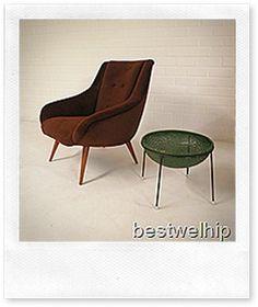 Een zeer bijzondere mooi gevormde cocktail chair / club fauteuil,  stijlvol & elegant. Periode: fifties. Materiaal: prachtig bruin rib velour ( opnieuw bekleed dus ziet er als nieuw uit ) & houten poten. Deze club fauteuil is gezien zijn leeftijd nog in zeer goede vintage staat. Een tijdloos exemplaar, ideaal om bij te zetten en een boekje in te lezen. Doordat hij een lage rug heeft, oogt deze stoel zeer ruimtelijk in zijn omgeving. Een heerlijk zitcomfort. Verkrijgbaar bij…