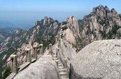 Die Wanderreise auf den Gelben Gebirge ist einmalig! Man wandert entlang den schmalen und steilen Wege bis zum Gipfel, eine anspruchsvolle, aber sehr lohnenswerte Teilstück Ihrer China Wanderreise.