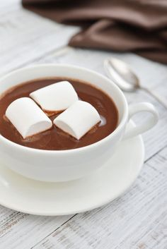 Chocolate caliente con Malvaviscos y Canela Chocolate House, Hot Chocolate Bars, Hot Chocolate Recipes, Chocolate Coffee, Milk Shakes, Dessert For Dinner, Aesthetic Food, Food Design, Yummy Drinks