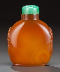 A CHINESE AGATE SNUFF BOTTLE, 19th century 3-1/8 inches high (7.9 cm)
