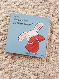 Vom Pyjama anziehen übers Polster klopfen bis hin zum Licht ausmachen begleitet dieses Buch das kleine Hasenkind bei seinem Einschlafritual und schafft damit ein wunderbar interaktives eigenes – liebevoll illustriert und konzipiert von Jörg Mühle.