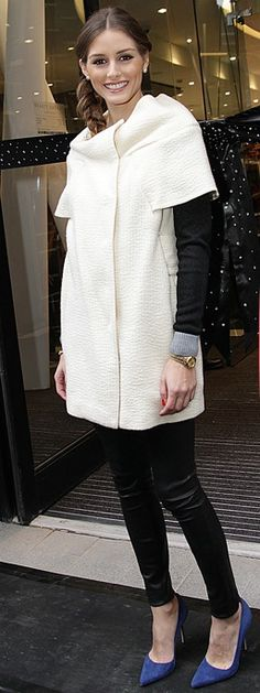 blusa preta manga comprida + calça skinning preta + trench coat de mangas curtas.    1