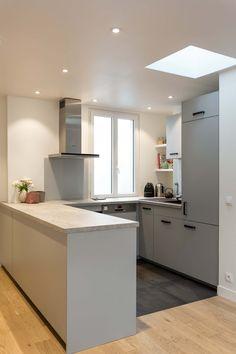 Mon Concept Habitation - Rénovation d'appartement sur Paris - #paris #rénovation #studio #salon #carrelage #metro #blanc #Bois #robinetnoir #optimisation #mirroirnoir #appartement #unepiece #espace #marbre #cuisinenoir #kitchen #kitchentte #niches #Kitchenaid #smeg #marbre #cuisineouverte #cuisine #ouverte #ikea #mosaicdelsur #carreauxciment #bois #Blanc #niches #parquet #carrelage #faience #zelliges Saint Germain, Asile, Kitchen Interior, Kitchen Island, Inspiration, Furniture, Paris, Home Decor, Miniature