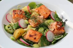 Potet- og spinatsalat med laks Seafood Dishes, Food Inspiration, Potato Salad, Salmon, Tasty, Dinner, Ethnic Recipes, Suppers, Atlantic Salmon