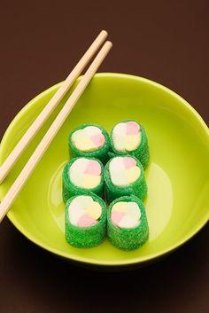 Nogen gange må det gerne være lidt usundt. Ikk´? Og her er en skøn idé til servering af slik i vinterferien - SUSHI SLIK ...