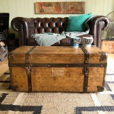Vintage Trunks, Trunks And Chests, Vintage Classics, Beautiful Interiors, Design Crafts, Tool Box, Plank, Home Projects, Industrial