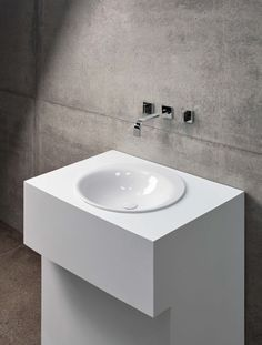 BetteLux Oval Washbasin: Rarely has an interior defined the design of a bath as much as in the case of BetteLux Oval. In collaboration with the Potsdam-based design studio Tesseraux + Partner, the steel/enamel specialist Bette has enhanced its range to include a circular built-in washbasin. The combination of organic interior design and an eight millimetre slim rim emphasise reduction to skilled perfection.