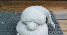"""Tarvikkeet: polvisukka, sementtilaastia, narua, sakset, kumihanskat Laita sukan sisään sementtiä Käännä """"tonttu"""" selälleen ja ... Diy Cement Planters, Concrete, Mosaic, Craft Ideas, Sculpture, Outdoor Decor, Garden, Crafts, Home Decor"""