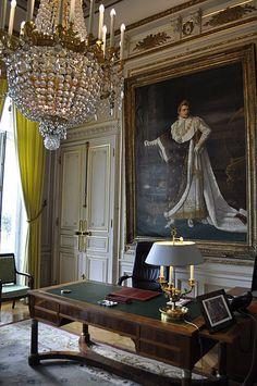 Le mobilier Premier Empire (Console, secrétaire, pendule). Le tableau est une copie du portrait de Napoléon en costume de sacre, de Robert Lefebre.