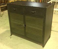 Mueble Aparador Industrial metálico, fabricado a medida especial de 120x50x100cms de altura, con 2 cajones y puertas de cristal, con ruedas Vintage....acabado color Negro Vintage.