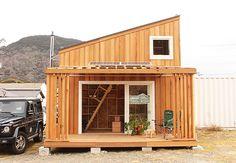 未来住まい方会議では、海外の様々なタイニーハウスを紹介してきました。DIYで自分で建てた家、モバイルハウスのように移動できるもの、プレハブを利用して安価に工期も短く建つものなど、それぞれ個性豊かで、こ Small Tiny House, Modern Tiny House, Micro House, Tiny House Cabin, Style At Home, Compact House, Weekend House, Minimal Home, Tiny House Movement